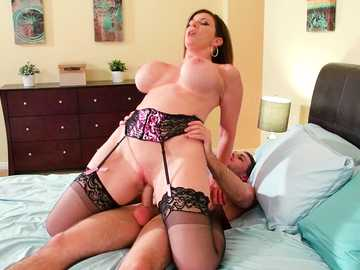 Free MILF Sara Jay celebrates divorce by pussy fucking with a delivery man